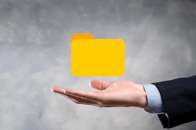 Zakenman houden mappictogram. document management system of dms setup door it-consultant met moderne computer zoekt het beheren van informatie en zakelijke bestanden. zakelijke verwerking,