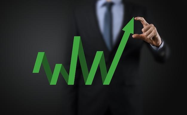 Zakenman houden tekening op scherm groeiende grafiek, pijl van positieve groei pictogram. wijzend op creatieve zakelijke grafiek met opwaartse pijlen. financieel, groei bedrijfsconcept.