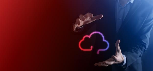 Zakenman houden wolk pictogram. cloud computing-concept - slimme telefoon verbinden met cloud. computernetwerk informatietechnoloog met smart phone.big data concept.
