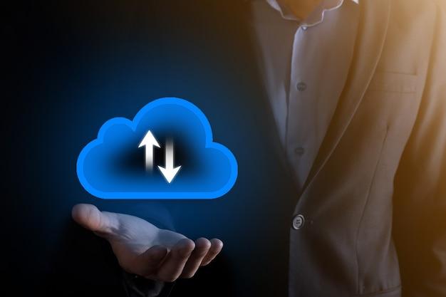 Zakenman houden wolk pictogram. cloud computing-concept - slimme telefoon verbinden met cloud. computing netwerk informatietechnoloog met smart phone.big data concept.