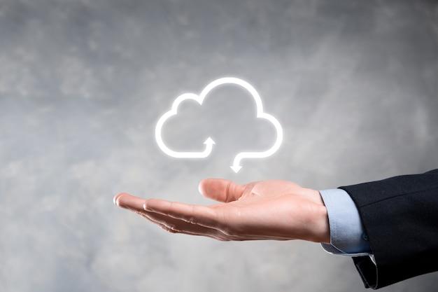Zakenman houden wolk pictogram. cloud computing-concept - slimme telefoon verbinden met cloud.