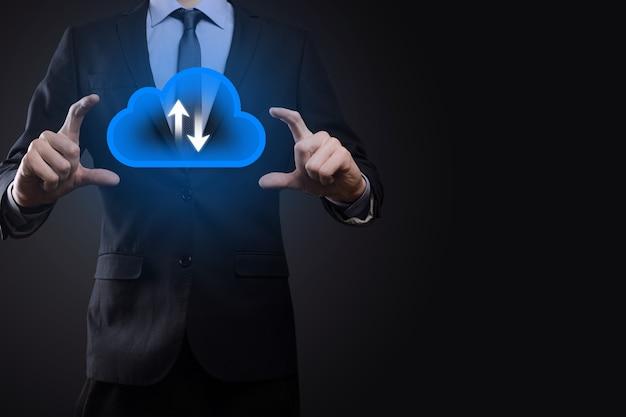 Zakenman houden wolk symbool. cloud computing concept - slimme telefoon verbinden met cloud. computernetwerk informatietechnoloog met smart phone.big data concept.