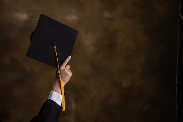 Zakenman houdt afstuderen hoed