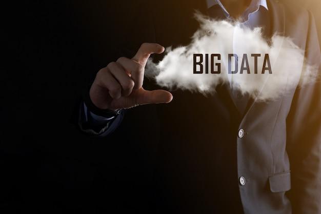 Zakenman houdt de inscriptie big data. hangslot, hersenen, man, planeet, grafiek, vergrootglas, tandwielen, wolk, raster, document, brief, telefoonpictogram.