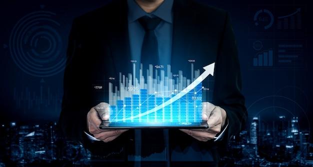 Zakenman houdt digitale groeiende bedrijfsgrafiek vast