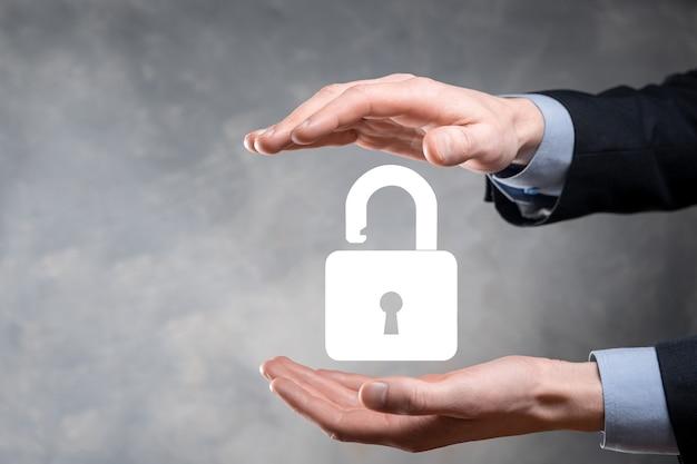 Zakenman houdt een open hangslotpictogram op zijn handpalm. een virtueel slot ontgrendelen. bedrijfsconcept en technologiemetafoor voor cyberaanval, computercriminaliteit, informatiebeveiliging en gegevenscodering.