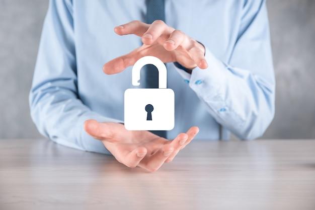 Zakenman houdt een open hangslotpictogram op zijn palm. een virtueel slot ontgrendelen. bedrijfsconcept en technologie metafoor voor cyberaanval, computercriminaliteit, informatiebeveiliging en gegevensversleuteling.
