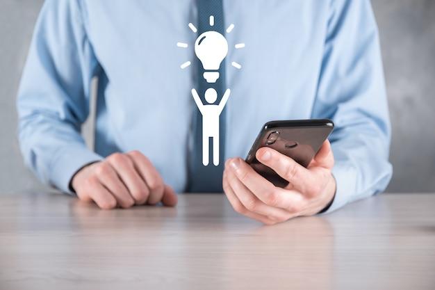 Zakenman houdt man icoon met gloeilampen, ideeën van nieuwe ideeën met innovatieve technologie en creativiteit. concept creativiteit met bollen die glitter glanzen.