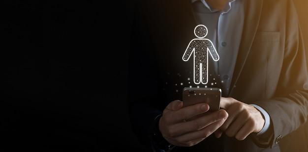 Zakenman houdt man persoon pictogram op donkere toon achtergrond. hr mens, mensen icontechnology proces systeem business met werving, huren, teambuilding. organisatie structuur concept