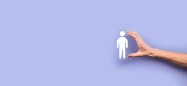 Zakenman houdt man persoon pictogram op grijze toon achtergrond. hr mens, mensen icon technologie proces systeem business met werving, huren, teambuilding. organisatie structuur concept.