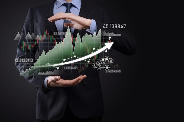 Zakenman houdt verkoopgegevens en grafiek van de economische groei vast. bedrijfsplanning en strategie. analyseren van ruilhandel. financieel en bankieren. technologie digitale marketing. winst- en groeiplan.