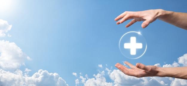 Zakenman houdt virtuele plus medische netwerkverbindingspictogrammen. covid-19-pandemie maakt mensen bewust en verspreidt aandacht voor hun gezondheidszorg.