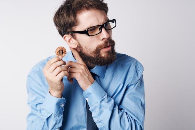 Zakenman in blauw shirt financiën office manager internet investeringen