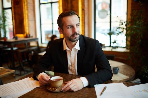 Zakenman in cafe