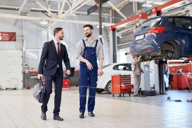 Zakenman in car service