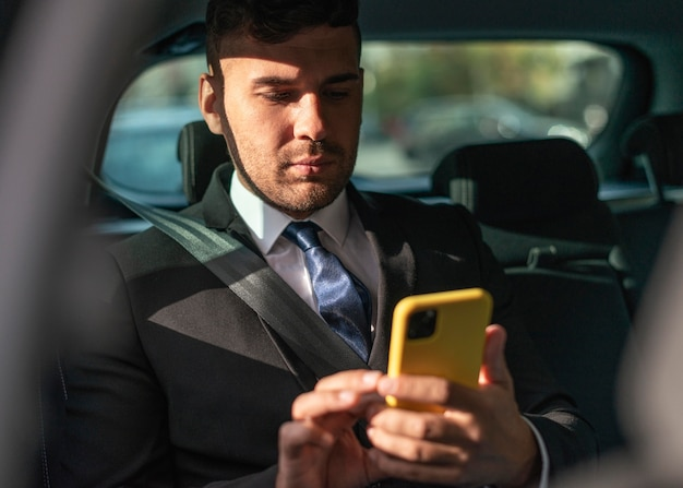 Zakenman in de auto die de passagier is