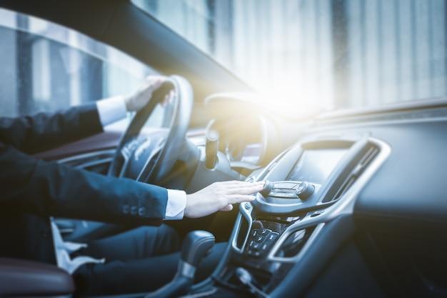Zakenman in de auto