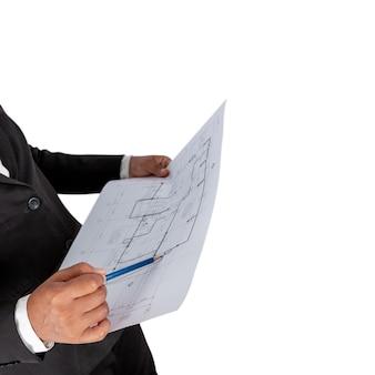 Zakenman in de hand heeft een bouwplan of architectonisch plan