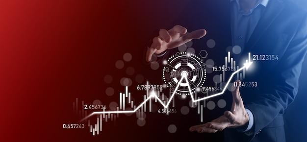Zakenman in de hand houden bancaire zakelijke financiën grafiek en investeren in beurs investeringspunt, economische groei en investeerder concept.analyse virtuele aandelenmarkt grafiek, analyseren met behulp van technologie.