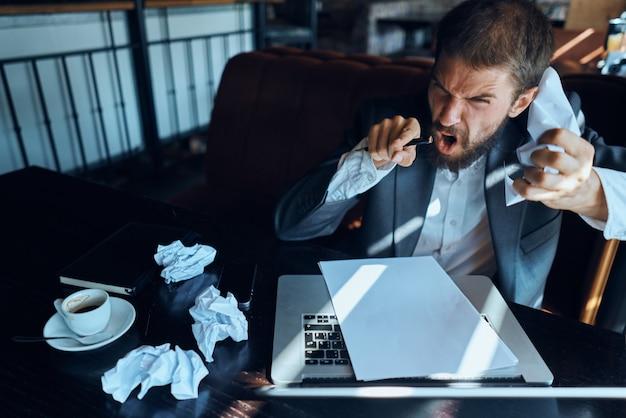 Zakenman in een café die op laptop werkt