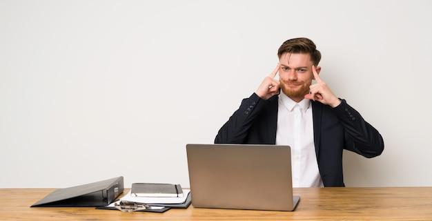 Zakenman in een kantoor met twijfels en denken