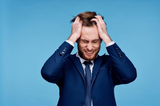 Zakenman in een pak houdt zijn hand op zijn hoofd emotie financieel