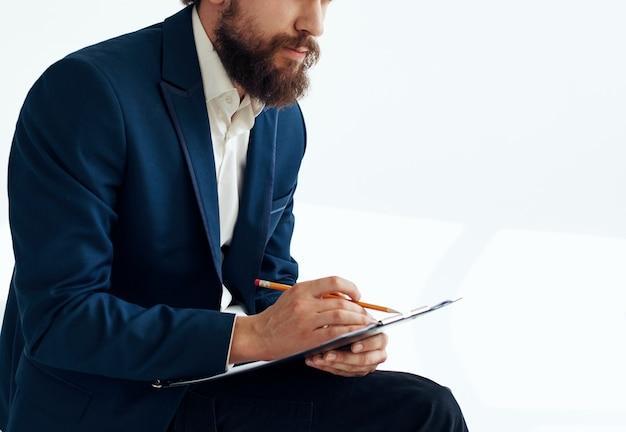 Zakenman in een pak met documenten schrijven