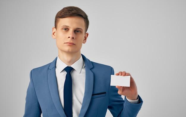 Zakenman in een pak met een kopie ruimte voor een visitekaartje
