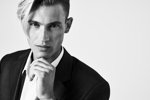 Zakenman in een pak modieus kapsel poseren moderne stijl zwart-wit foto