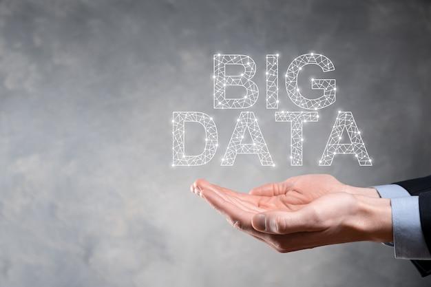Zakenman in een pak op een donkere achtergrond heeft de inscriptie big data. opslag netwerk online server concept. vertegenwoordiging van sociaal netwerk of bedrijfsanalyses.