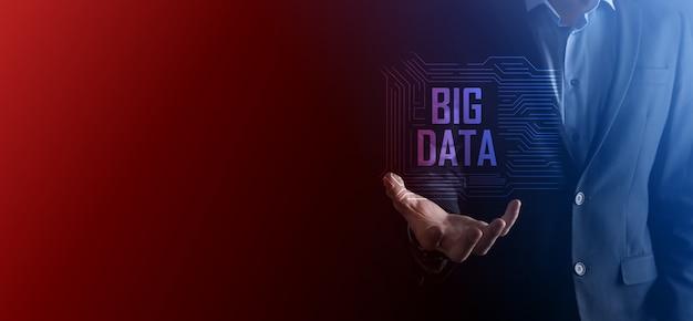 Zakenman in een pak op een donkere achtergrond heeft de inscriptie big data