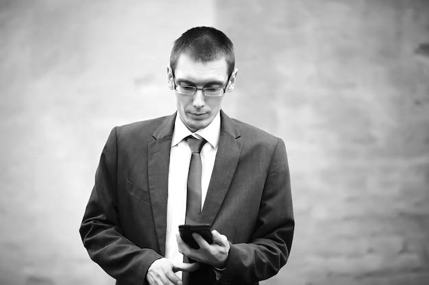 Zakenman in een pak op straat zwart-wit foto