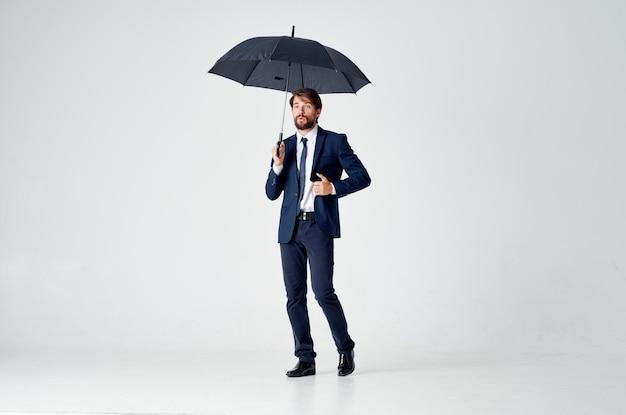Zakenman in een pak paraplu overhead bescherming
