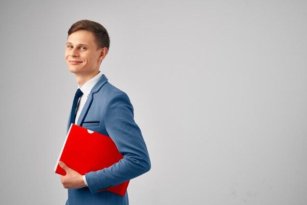 Zakenman in een pak rode map in handen documenten werk professioneel