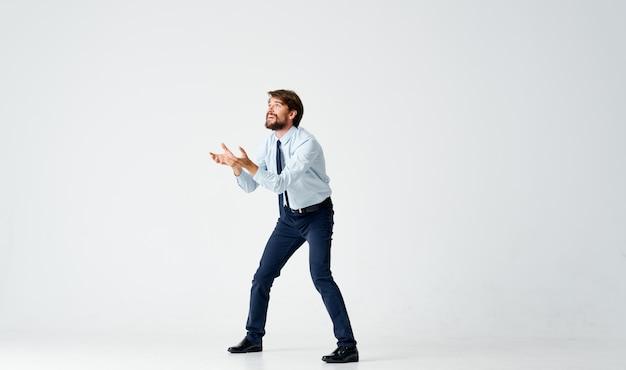 Zakenman in een pak sprong officemanager