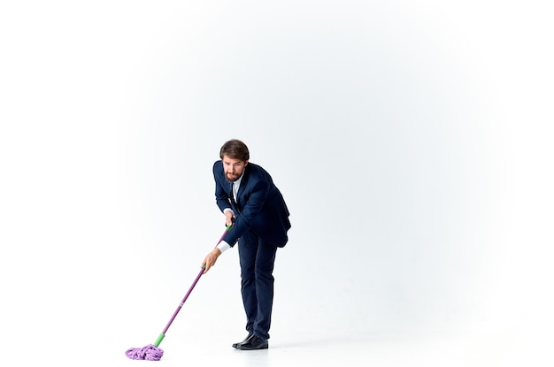 Zakenman in een pak wast de vloeren met een dweilreiniging