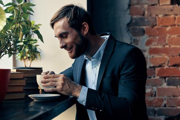 Zakenman in een pak zitten in een café vrijetijdsbesteding