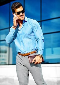 Zakenman in formele kleding en zonnebril