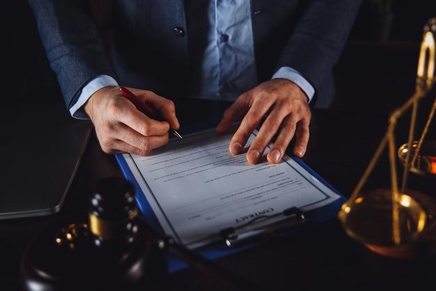 Zakenman in het pak met geïsoleerde advocaat en advocaatdocumenten. juridische hulp.