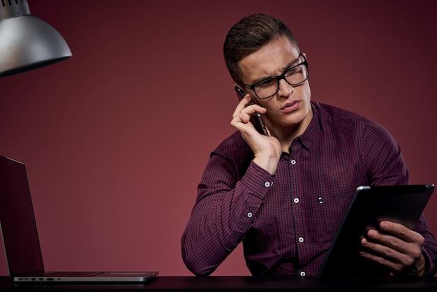 Zakenman in kantoor en praten over het rode model van de telefoonmanager
