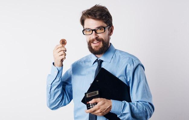 Zakenman in overhemd met stropdas cryptocurrency financiële rekenmachine succes technologie