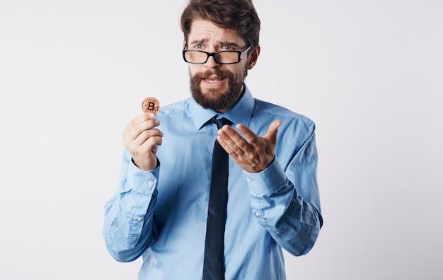 Zakenman in overhemd met stropdas elektronische financiën betalingssysteem internettechnologie