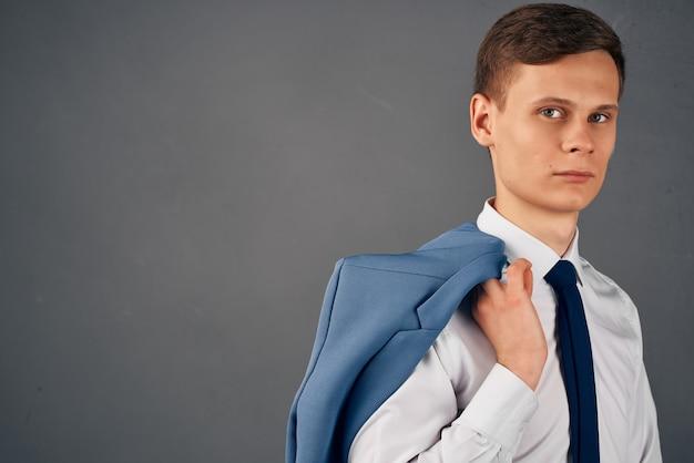 Zakenman in overhemd met stropdas jas officemanager