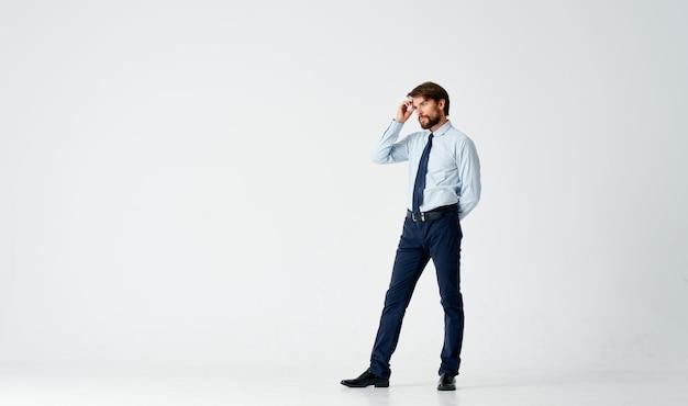 Zakenman in overhemd met stropdas kantoor werk studio lichte achtergrond