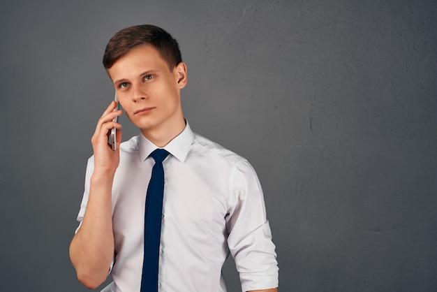 Zakenman in overhemd met stropdas praten aan de telefoon professioneel kantoorwerk. hoge kwaliteit foto