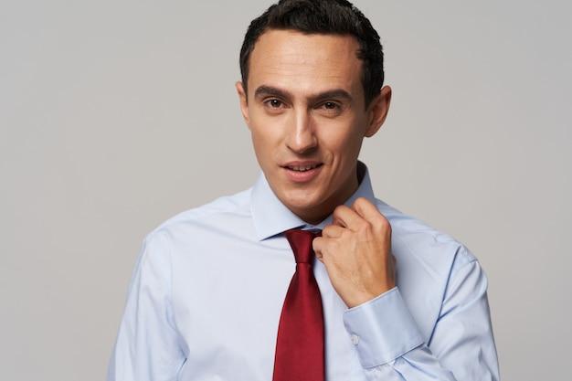 Zakenman in overhemd met stropdas zelfvertrouwen officieel kantoor