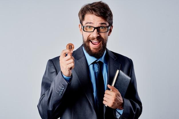 Zakenman in pak cryptocurrency-technologie financieel bitcoin internetgeld