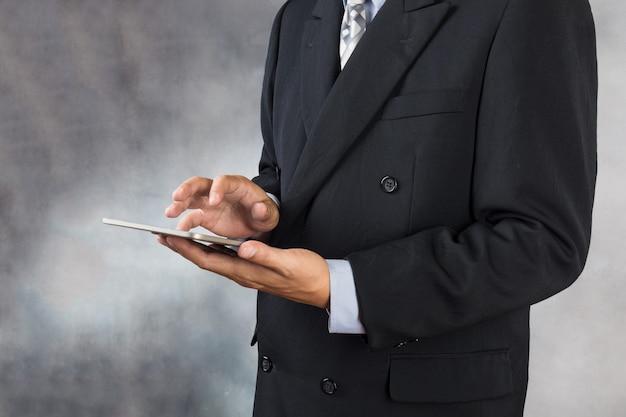 Zakenman in pak gebruik wireless digital tablet device