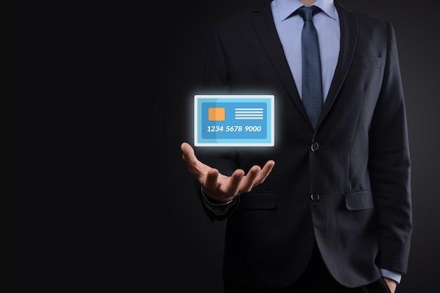 Zakenman in pak hand met lege creditcard pictogram weergegeven: voor concept bank- en financiële dienst.
