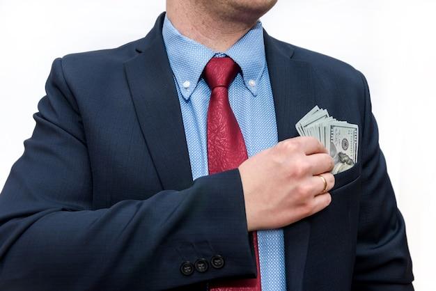 Zakenman in pak met dollar biljetten geïsoleerd op wit